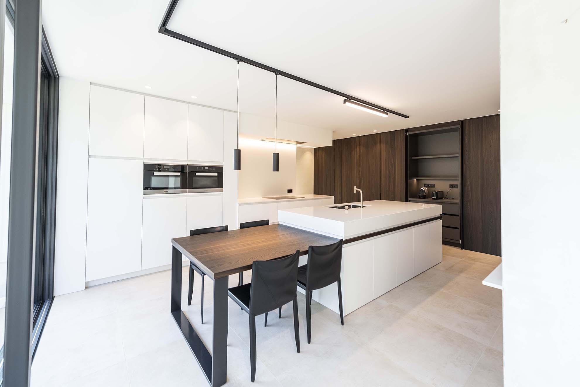 Einde Witte Keuken : Witte strakke keuken en badkamer van den bossche keuken